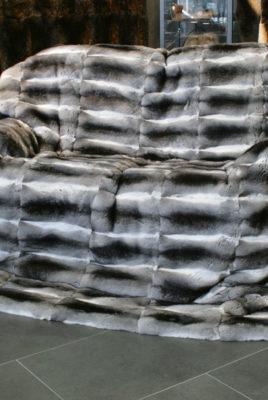 Серый плед из шкуры шиншиллы